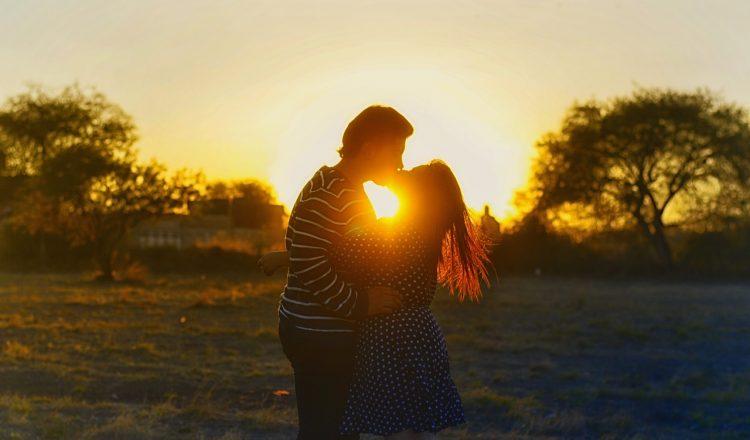 kissing-couple-1148914_1280